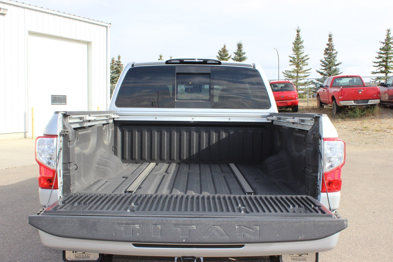 new 2017 nissan titan sl 5 year 160kms bumper to bumper warranty crew cab pickup near moose jaw. Black Bedroom Furniture Sets. Home Design Ideas